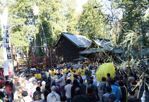羽黒山神社境内に梵天を立てる。